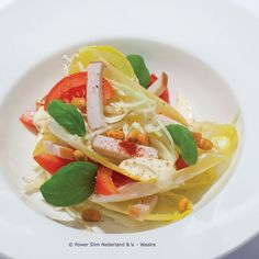 Ingrediënten: 1 gerookte kipfilet in reepjes 2 tomaten in partjes 2 stronkjes witlof, fijngesneden 1 handje witte kool, fijngesneden 1 tl cayennepeper 1 el magere kwark 1 el azijn 1 tl zoetstof 1 takje basilicum Bereidingswijze: Meng de witte kool met de witlof en leg op een bord. Schik de tomatenpartjes en kipreepjes hierop. Strooi hier de cayennepeper overheen. Maak een dressing van een beetje magere kwark, azijn en 1 theelepel zoetstof en verdeel over de salade. Garneer met enkele…