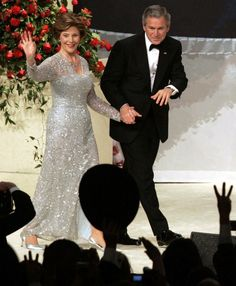 2005 - President George W. Bush and First Lady Laura Bush, in Oscar de la Renta, at the inaugural Ball on January Source by lorriannemartin Look dress Native American History, African American Women, Georg Bush, George Bush Family, First Lady Portraits, Us First Lady, Laura Bush, American First Ladies, American Presidents
