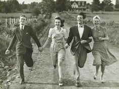 Fashion Vintage Photographic Print: Two Couples Holding Hands, Running on Footpath by George Marks : - 1930s Fashion, Vintage Fashion, Vintage Vogue, Victorian Fashion, Street Fashion, Fashion Fashion, Gossip Girl, Summer Family Pictures, Image Couple