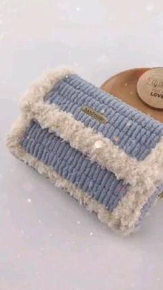 Diy Crochet Bag, Crochet Bag Tutorials, Crochet Crafts, Yarn Crafts, Crochet Baby, Crochet Projects, Diy Bag Designs, Knitting Patterns, Crochet Patterns