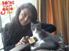 Ella es Andrea Rojas, una fans muy activa en http://www.facebook.com/FriskiesCol y fue la primera en encontrar un gato dorado en Bogotá. :)