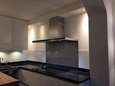 Metallic Keukenglas achter het fornuis voor de RVS-look en de rest van de wanden in de keuken wit Keukenglas. #keukenglas #kitcheinspiration #spatwand #splashback #backsplash #kitchenideas