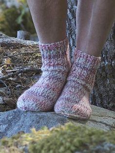 Socks for whole family worked in Novita 7 Veljestä Napapiiri yarn using mm double pointed needles. Learn How To Knit, Learn To Crochet, Knit Crochet, Knitting Projects, Knitting Patterns, Knitting Ideas, Wool Socks, Stockinette, Easy Knitting