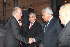 Su Majestad el Rey Don Juan Carlos recibe el saludo del expresidente del Gobierno, Felipe González Universidad Pontificia Comillas. Madrid, 13.04.2015