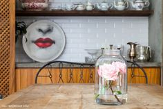 14-decoracao-sala-jantar-mesa-madeira-arranjo-rosa-vidro