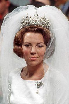 Queen Beatrix of the Netherlands in the ornate pearl Wurttemberg Tiara on her Wedding Day - Royaler Schmuck und die spannenden Geschichten dahinter Royal Wedding Gowns, Royal Weddings, Royal Tiaras, Tiaras And Crowns, Royal Jewelry, Chanel Jewelry, Dutch Princess, Royal Monarchy, Diamond Tiara
