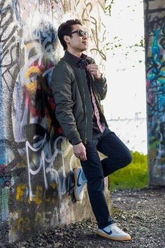 How to Wear a Bomber Jacket 7 Stylish Ways (Men's Outfit Inspiration) Bomber Jacket Outfit, Fashion Essentials, Style Essentials, Mens Fall, Autumn Fashion, Men Casual, Casual Outfits, Menswear, Mens Fashion