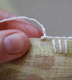 Passo-a-passo: A bordados para todos os três destes lenços baseia-se num ponto de manta (também conhecido como um ponto de ca...