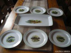 """Hollóházi hibátlan, használatlan, különleges és ritka """"halas"""" mintás készlet eladó.A téglalap alapú tálaló, kínáló mérete: 38X19 cm, a tányérok 20 cm átmérőjűek.Halas minta a tányérokon mind különböző."""