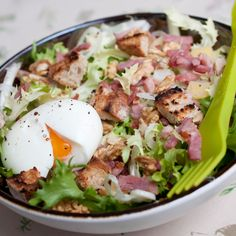 Frisée aux lardons et noix - - Salad Dressing Recipes, Salad Recipes, Detox Recipes, Nut Recipes, Healthy Recipes, Good Food, Yummy Food, Cheat Meal, Salad Bar