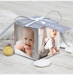 Pour un baptême plein de douceur et de gourmandises,  nous vous proposons cette belle boîte de dragées ! Sous forme de pêle-mêle, vos proches auront le plaisir de retrouver  le doux minois de votre petit ange. (modèle fille : N34033)  (Montage par vos soins, ruban fourni)