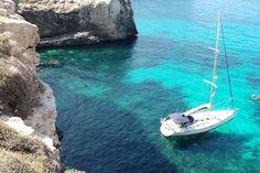 Troveremo bellissime città, come la capitale La Valletta, famosa per i suoi edifici color ocra in perenne contrasto con un sorprendente mare dalle sfumature violacee. Potremmo tuffarci nel mare luccicante, oppure visitare l'antico sito preistorico di Ggantija in cima a una scogliera.  http://www.jonas.it/vacanze_Malta_781.html