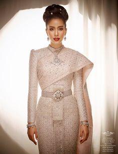 Fullrichbride ชุดแต่งงาน ชุดไทย @Fullrichbride Traditional Thai Clothing, Myanmar Traditional Dress, Traditional Outfits, Cambodian Wedding, Khmer Wedding, Thai Wedding Dress, Thai Fashion, Women's Fashion, Thai Dress