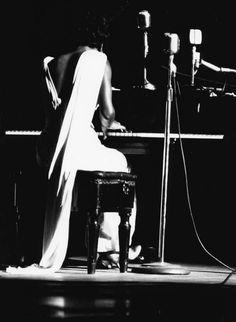 Nina Simone (Eunice Kathleen Waymon) fue una cantante, compositora y pianista estadounidense de jazz, blues, rhythm and blues y soul que nació el 21 de febrero de 1933 en Tyron, USA. Falleció en Francia el 21 de abril de 2003. Hoy hubiera cumplido 80 años.