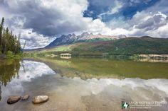 Uno degli infiniti laghi della zona dei Parchi nel Canada Occidentale. http://www.viaggideltaccuino.it/canada-occidentale-cosa-vedere-10-giorni/