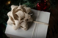 Burlap wrapping bows DIY (Christmas packages / presents).