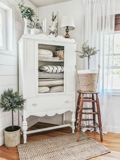 Modern farmhouse decor goals! We are obsessed with this corner in Our Forever Farmhouse's home- the jute rug and natural baskets are beautiful 😍