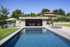 Au bout de la piscine, le pool-house et sa cuisine d'été Pool House Piscine, Pool House Designs, Swimming Pool Photos, Pool Cabana, Modern Pools, Luxury Interior Design, Pool Landscaping, Pool Houses, Jacuzzi