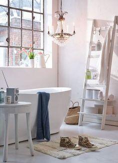 mooie badkamer met kroonluchter