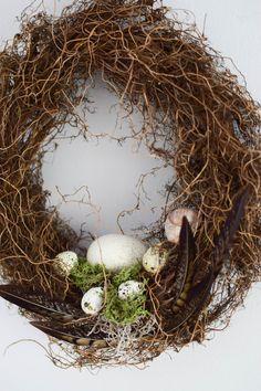 DIY Deko Osterkranz Kranz mit Eier Feder Moos selbermachen eine natürliche Deko Dekoidee
