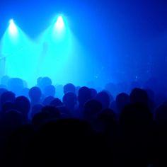 Så här trivs jag riktigt bra: mitt i en publik bra musikband god stämning. Gärna med nån kompis också.