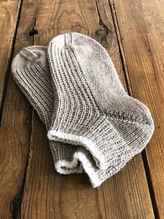 Beginner Knitting Projects, Yarn Projects, Knitting For Beginners, Knitting Socks, Hand Knitting, Knitting Patterns, Knit Socks, Sock Yarn, Stitch Design