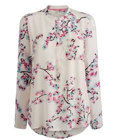 The women's Joules Rosamund Woven Blouse is an elegant everyday style that can be dressed up or down to suit any occasion. Lovingly crafted from a super soft and lightweight fabric, it features a gorgeous blossom floral print for a playful and pretty look, cut in a flattering loose fit draped style for optimum comfort and silhouette. A desirable and must have piece, this Joules blouse boasts a quirky mandarin collar neckline with button detail, enhanced by the concealed half button placket…