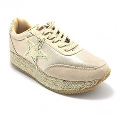 Zilele de vară târzie tocmai au devenit mai bune! Pantofii sport Carolina Boix sunt tot ce ai nevoie pentru vremea schimbătoare. Comozi, cu un design inovator, pot fi purtați de dimineața până seara. Disponibili în două culori superbe!   ✅ Comandă-i ACUM cu un singur click! 🚗 Livrare în toată țara! 📞 Ai nevoie de ajutor? Sună-ne: 0756388388 ⭐ Dacă nu ești mulțumită, îți primești oricând banii înapoi! Sneakers, Sports, Fashion, Tennis, Hs Sports, Moda, Slippers, Fashion Styles, Excercise
