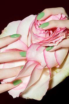 CARINA JAHN präsentiert Maniküre Tipps in der ELLE Hochzeit und sommerliche Beauty-Editorials mit Blumen Arrangements Büro Accessoires und filigranen Tüchern - News - GoSee - 12/20