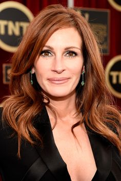 ulia Roberts Was there ever a red carpet that Julia Roberts didn't slay? The actress opted for a high-volume blowout and a silver-streaked smoky eye. It was the perfect mix of elegance and edge.