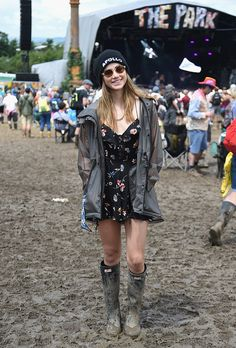 Suki Waterhouse & Daisy Lowe stun at day three of Glastonbury Having the last laugh: Her lock flowing locks cascaded down her front, however the gushes of wind proved too much and she later donned a beanie to tame her tresses Festival Chic, Festival Mode, Festival Looks, Daisy Lowe, Glastonbury Outfits, Glastonbury Style, Glastonbury 2016, British Festival Fashion, Music Festival Fashion