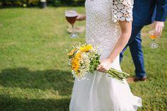 Wedding Planner Barcelona: Detallerie. La novia con cerveza y ramo. Bride with yellow bouquet and beer.