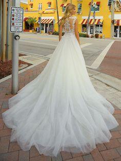 Traumhaftes Brautkleid mit Spitzenapplikationen auf dem Oberteil und weitem Tüllrock. Lace Wedding, Wedding Dresses, Fashion, Wedding Dress Lace, Dress Wedding, Bridle Dress, Gowns, Bride Dresses, Moda