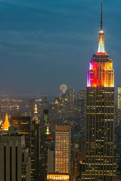 Empire State Building as seen from the Top of the Rock Guide New York, The Rock, Liberty Island, Sister Cities, Places In New York, I Love Nyc, Washington Square Park, Belle Villa, City That Never Sleeps