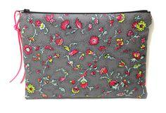 trousse à maquillage en tissu fleuri grise et rose par Kipapee