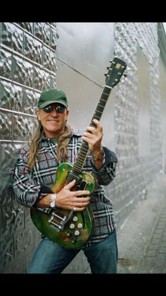 Mark Farner went on to have other hits with Grand Funk Railroad, one of the most popular U. rock bands of the first half of the 70s Rock Bands, Classic Rock Bands, Grand Funk Railroad, Arena Rock, Metal Horns, Famous Guitars, Classic Blues, Blues Rock, Rock Music