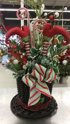 Fancy Christmas Hat Ideas That Trending In 2019 28 Christmas Flower Arrangements, Christmas Flowers, Christmas Table Decorations, Noel Christmas, Christmas Wreaths, Christmas Ornaments, Christmas Projects, Christmas Crafts, Christmas Ideas
