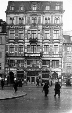 fot. 1937 r., Krakowskie Przedmieście 55, źr. warszawa.ap.gov.pl (obecnie kamienica wygląda zupełnie inaczej, mieści restaurację Zapiecek). Poland Ww2, Old Street, Warsaw, Homeland, Old Photos, Beautiful Places, Louvre, Street View, Black And White
