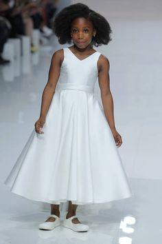 Cymbeline 2019. Girls Dresses, Flower Girl Dresses, Summer Dresses, Paris Mode, Outfit, Marie, Wedding Dresses, Strand, Beach