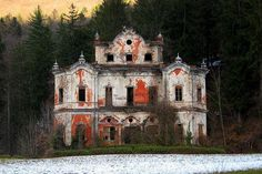 Known as Villa de Vecchi, or the Ghost Mansion, this stunning abandoned mansion near Lake Como in Italy has been abandoned for years.