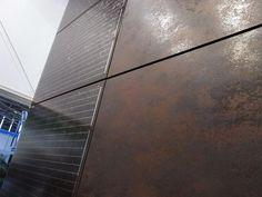 Photovoltaik in Fassade integriert Das keramische Material, welches hier als Trägerschicht für die Photovoltaik dient, kann gleichzeitig separat für die Gestaltung von Wand- oder Bodenflächen genutzt werden. Solar, Hardwood Floors, Flooring, Tile Floor, Material, Boden, Architecture, House, Kunst