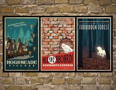 Alle drei Harry Potter Drucke kommen mit einem Rabatt! Fantastische, Vintage Stil Harry Potter inspiriert Travel Poster. Signatur herauskommt mit. Wenn Sie mich, meine Arbeit zu unterzeichnen möchten, bitte Nachricht an mich an der Kasse.  DETAILS ZU DRUCKEN: -Digital auf 80lb Cover drucken -Enthält weißen Rand! -Frame nicht im Lieferumfang enthalten  VERSAND DETAILS: -11 x 17 druckt Schiff über USPS über Karton Rohr. Jeder Druck ist in einer Plastik Slip für Extraschutz gezwängt. -8.5 x 11…
