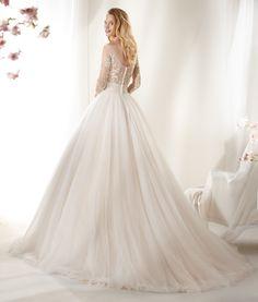 cb4f11573e31 14 fantastiche immagini su 2017 Stelle su Set Wedding Dresses