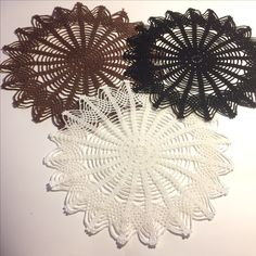 Star-shaped white, black and chockolate doilies