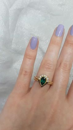 Who loves this unique wedding set here from Rosados Box? Our Oana & Venus wedding set is a part of our House Rings Collection - perfect for all the Potterheads out there! Black Sapphire, Sapphire Stone, Emerald Diamond, Emerald Green, Halo Wedding Set, Wedding Sets, Wedding Bands, Gift Wedding, Wedding Videos