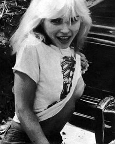 an icon of the late new wave punk band 'blondie'. Blondie Debbie Harry, New Wave, El Rock And Roll, Hippie Man, Hippie Girls, Stars Nues, Women Of Rock, Estilo Rock, Music Icon