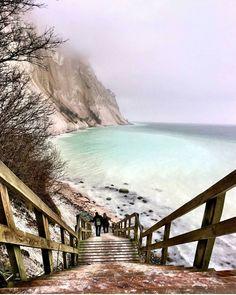 "Travel Earth op Instagram: ""Breathtaking. Møns Klint chalk cliffs along the eastern coast of the Danish island of Møn in the Baltic Sea. Photography by @vishnumohan95"" Visit Denmark, Denmark Travel, Spain Travel, Beach House Style, The Places Youll Go, Places To See, Mons Klint, Kingdom Of Denmark, Copenhagen Denmark"