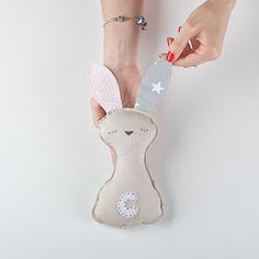 ¿Quién no querría un Sr.Bunny a su lado? Christmas Ornaments, Holiday Decor, Home Decor, Decoration Home, Room Decor, Christmas Jewelry, Christmas Decorations, Home Interior Design, Christmas Decor
