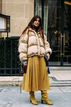 Mustard Moment - Flawless Street Style Snaps From Paris Fashion Week, Fall 2018 - Photos Street Style Trends, Look Street Style, Autumn Street Style, Street Style Looks, Fashion Week Paris, Winter Fashion, Cool Street Fashion, Look Fashion, Korean Fashion