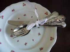 mooie tafel dekken met antiek servies en bestek